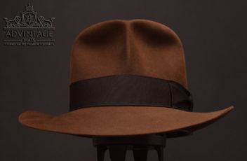 Raiders mit Raiders-Turn Fedora Hut hat Indiana Jones Indy